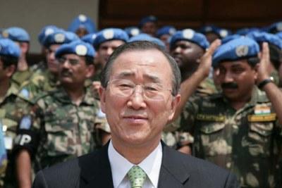 La brigade de l'ouest posé avec le Secrétaire Général Ban Ki-moon lors de sa visite en République Démocratique du Congo .