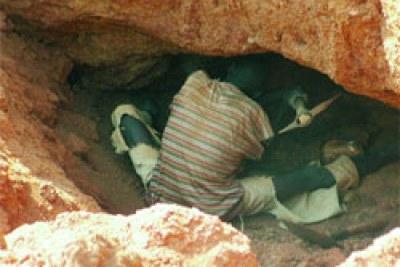 Sur le site d'orpaillage de Pilimpikou, c'est au prix de mille et un périls que la roche censée contenir l'or est extraite