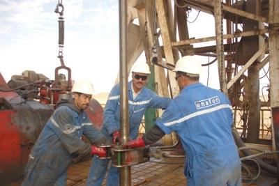 (Photo d'archives) - Travailleurs dans un puits de pétrole en Algérie