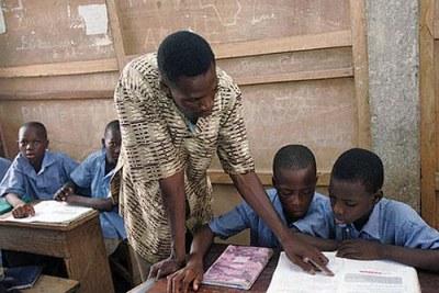 Un enseignant avec ses élèves.