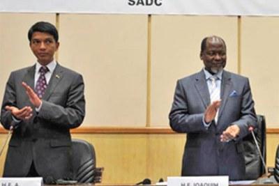 Rajoelina,le médiateur Chissano et Ravolamanana aux pouparlers de Maputo