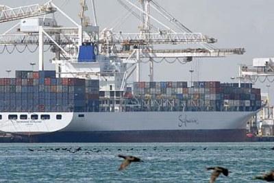 Un bateau de containers au port de Cape Town