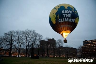 Un balon à chaud air lancé par Greenpeace devant l'hôtel de ville d'Oslo en Norvège où la cérémonie de prix de paix Nobel dercerné  le 10 décembre au Président américain a eu lieu. Oslo, Norway - December 7, 2009. Greenpeace launches an hot air balloon ne