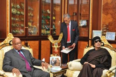 Le président Zacob Zuma avec Mouammar Al-Kadhafi.