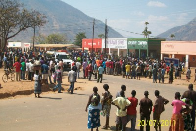 Hundreds of protesters gather outside stores in Rumphi during the Malawi protests (file photo).