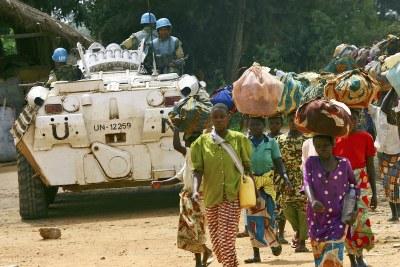 Des réfugiés congolais sous escorte des forces de l'ONU rentrent chez eux