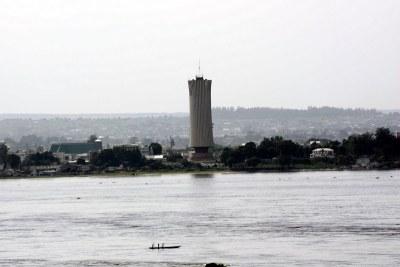 Une vue de la ville de Brazzaville tirée depuis Kinshasa, le long du fleuve Congo.