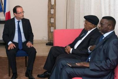 Le président François Hollande recevant le leader de l'UDPS, Etienne Tshisekedi (avec casquette) dans la résidence de l'ambassadeur français à Kinshasa à l'occasion du XIVe sommet de la Francophonie (Kinshasa, le 13 octobre 2012)