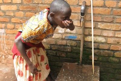 Une fille buvant de l'eau potable.