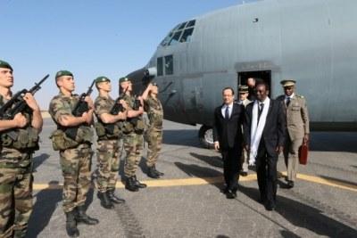 (Photo d'archives) - Les présidents malien et français à leur descente à l'aéroport de Tombouctou