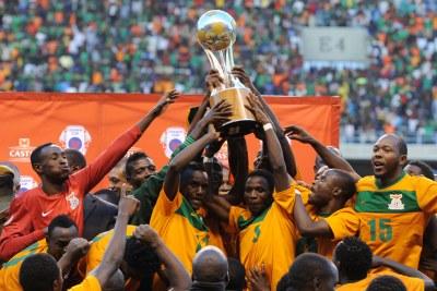 La Zambie célébrant son titre 2013 de la Cosafa après avoir remporté son duel face au Zimbabwe sur la marque de 2 à 0, le 20 juillet 2013