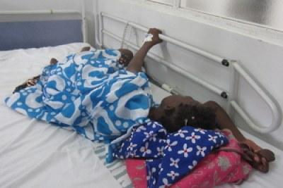 Photo illustration - Lors d'une pénurie de morphine au Sénégal, une patiente souffrant d'un cancer s'agrippe à la barre d'appui de de son lit d'hôpital à Dakar, le médicament requis étant indisponible.