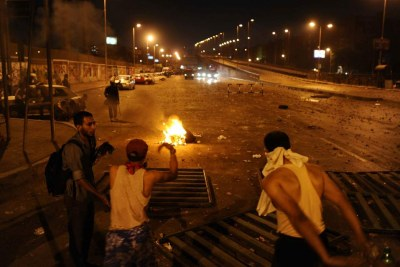 Des manifestants dressent des barricades au Caire en Égypte le 27 juillet 2013