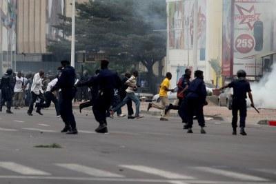 La police disperse les manifestants à Kinshasa, lors d'une marche des opposants