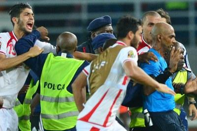 (Photo d'archives) - L'arbitre Rajindraparsad Seechurn malmené par des joueurs tunisiens.