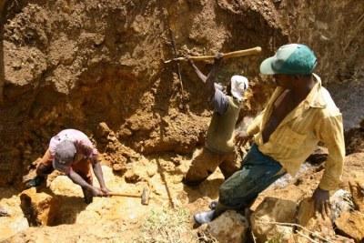 Photo Archive - Des creuseurs dans une mine artisanale de cassitérites
