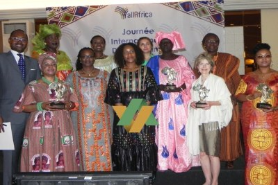 Photo de famille des récipiendaires du prix AllAfrica Leadership Féminin, le 08 Mars 2016 à Dakar