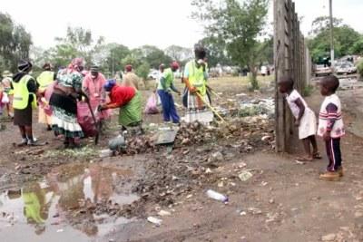 des femmes collectant des ordures.