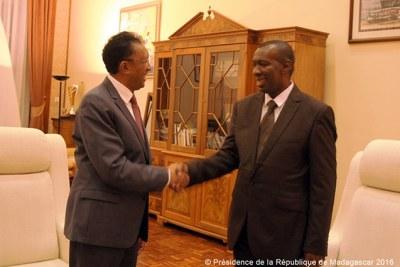 Le Premier Ministre MAHAFALY Solonandrasana Olivier serrant la main du Président malgache, Hery Rajaonarimampianina.