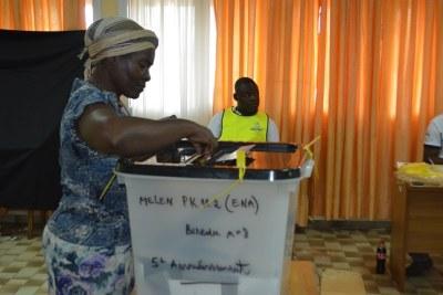 Citoyenne Gabonaise qui vote