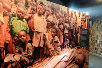 Victimes du génocide rwandais de 1994 au Mémorial du Génocide à Nyamata, à l'intérieur de l'église catholique où des milliers de personnes ont été massacrées.