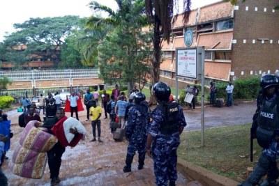 La police anti-émeute observant les étudiants évacuer le Lumumba Hall.