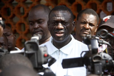 Kizza Besigye addresses journalists (file photo).