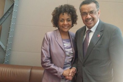Le Dr Tedros Adhanom Ghebreyesus serrant la main du Secretaire général de l'OIF, Mme Michaëlle Jean