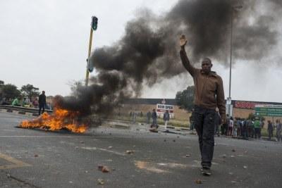 (archive) Un habitant tente de calmer la situation dans le parc Eldorado lundi, mais sans succès alors que la violence s'intensifie.