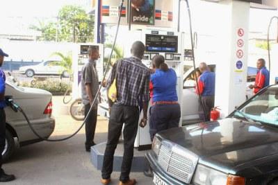 La distribution du carburant dans une station service à Kinshasa