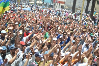Des milliers de manifestants montrant leur solidarité avec le Hirak d'Al Hoceima