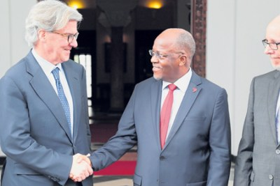 President John Magufuli bids farewell to the executive chairman of Barrick Gold Corporation, Prof John Thornton, after holding talks at the State House.
