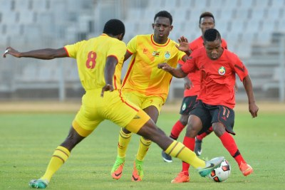 Shelton Dava of Mozambique challenged by John Takwara of Zimbabwe during the Cosafa Castle Cup match between Mozambique and Zimbabwe at the Moruleng Stadium in Rustenburg on 26 June 2017.