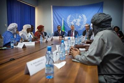 Des représentants des groupes signataires (Plateforme et CMA), rencontrent le chef du Département des opérations de maintien de la paix, Jean-Pierre Lacroix (au centre) et le chef de la MINUSMA, Mahamat Saleh Annadif (à gauche) en mai 2017