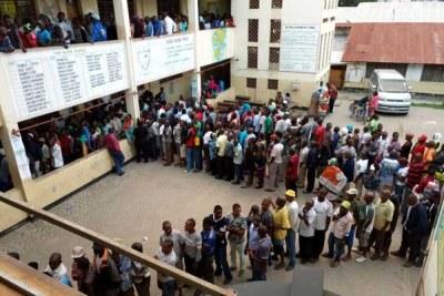 (Photo d'archives) - Les électeurs font la queue à l'école primaire Ziwa La Ngombe à Mombasa le 8 août 2017.