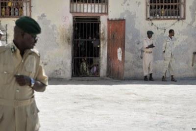 Les gardiens de prison se tiennent devant une cellule de la prison centrale de Mogadiscio (photo d'archive).