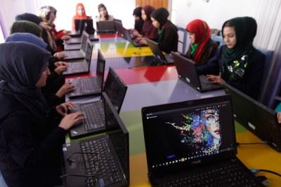 Des femmes apprenant la programmation informatique dans un centre de technologie à Herat, en Afghanistan.