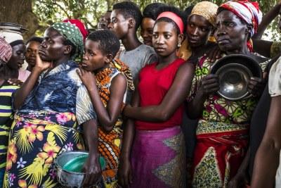 Un groupe de femmes burundaises attendent que des denrées alimentaires soient distribuées au centre de transit de Kamvivira.