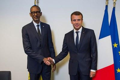 Président Paul Kagame et son homologue français, se serrant la main.