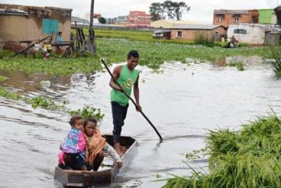 Ankorondrano Andranomahery sous les eaux, les habitants sont contraints de se déplacer en barques.