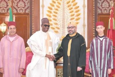 Sa Majesté le Roi Mohammed VI, accompagné de S.A.R le Prince Héritier Moulay El Hassan et de S.A.R le Prince Moulay Rachid, et le président de la République fédérale du Nigeria, Muhammadu Buhari.