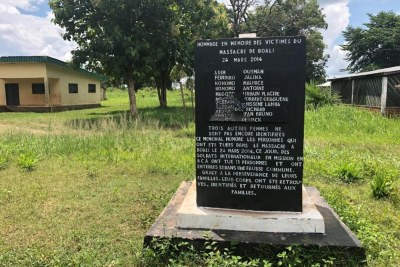 Un mémorial en l'honneur des 13 victimes tuées par des soldats de la paix de la République du Congo le 24 mars 2014 à Boali, en République centrafricaine. Douze d'entre elles ont été sommairement exécutées.