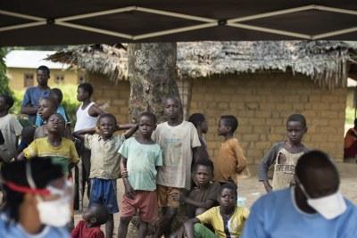 Le 20 juin 2018, un groupe de personnes observe une campagne de vaccination contre le virus Ebola dans le village de Bosolo, en République démocratique du Congo. Des cas présumés d'Ebola ont été relevés au nord-Kivu, dans l'est de la RDC.