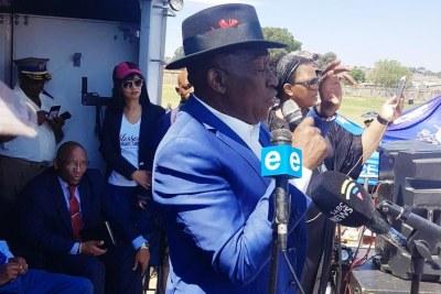 Le Chef de la Police, Bheki Cele, en visite à Westbury, une banlieue de Johannesburg, en proie à des manifestations.
