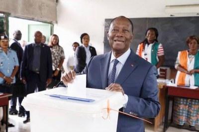 Le président Alassane Ouattara, effectuant son devoir citoyen.