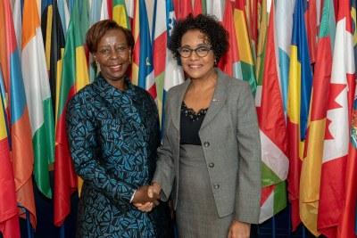 La nouvelle Secrétaire générale de la Francophonie, Mme Louise Mushikiwabo est entrée en fonctions lors d'une cérémonie de passation avec la Secrétaire générale sortante, Mme Michaëlle Jean au siège de l'Organisation internationale de la Francophonie (OIF) à Paris.