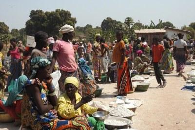 Des femmes et des enfants déplacés dans un camp de fortune