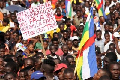Plusieurs milliers de personnes ont manifesté, ce lundi 28 janvier, à Bangui, pour demander la levée de l'embargo sur les armes.