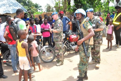 Le général Bernard Commins (au centre), Commandant adjoint de la force de la MONUSCO, à Yumbi, dans l'ouest de la RDC, où des affrontements meurtriers ont eu lieu en décembre. (archive)