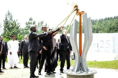 Le président rwandais, Paul Kagame, et son épouse, en compagnie de Moussa Fakir Mahamat, le président de la Commission de l'Union africaine, et du président de la Commission européenne, Jean-Claude Juncker, ont rallumé en milieu de matinée d'hier dimanche, la flamme du souvenir.  Cette flamme du souvenir restera allumée pendant 100 jours au Rwanda, correspondant à la durée du génocide.